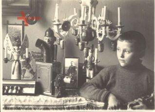 Historisches Foto Kriegsweihnacht 1914, Kind am vollen Gabentisch
