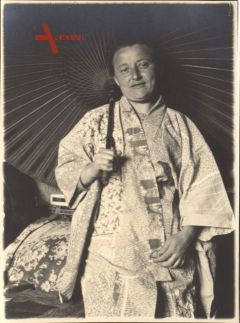 Historisches Foto, Deutsche Frau im japanischem Kimono, Schirm