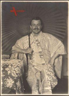 Historisches Foto Deutscher Mann mit Schnurrbart im Japanischem Kimono, Schirm