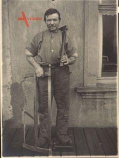 """Historisches Foto """"Der Hinterwaldler"""", bäuerlicher Mann mit Säge und Axt"""