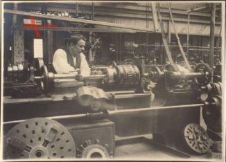 Historisches Foto In einer Fabrik, Mann an der Drehbank