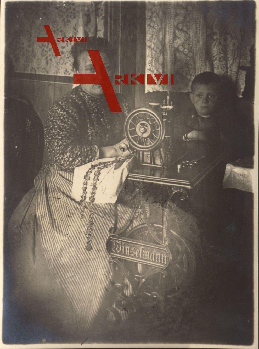 Historisches Foto einer Frau an einer Winselmann Nähmaschine um 1920