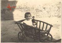 Historisches Foto Junge im Bollerwagen mit Soldatenpuppe