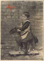 Historisches Foto Kleines Kind auf einem Schaukelpferd