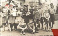 """Historisches Foto """"Junge Garde"""", Kinder mit ihren Spielzeugen"""