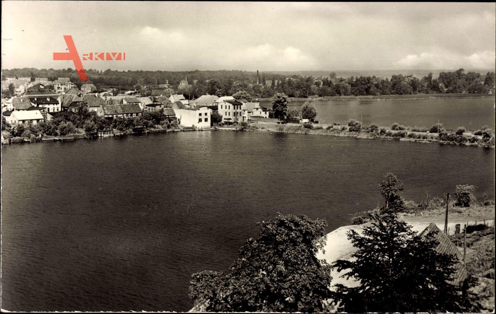 Blick über See auf die Häuser von Malchow in Mecklenburg