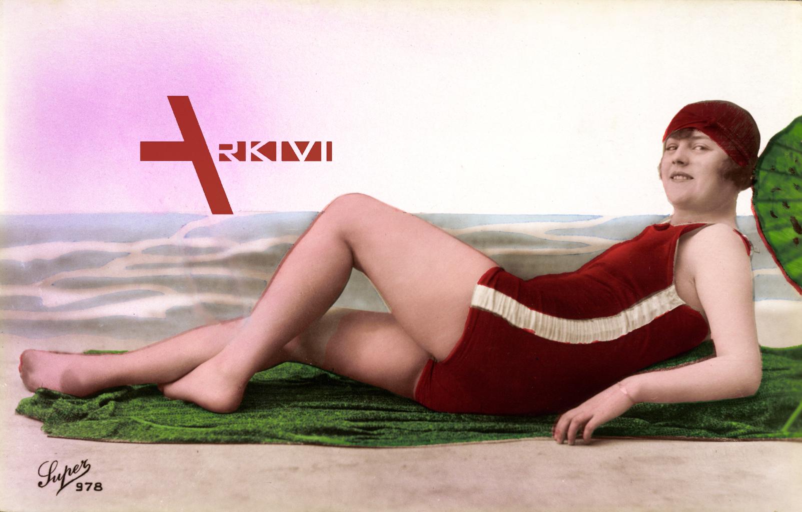 Frau in rotem Badeanzug am Strand, Sonnenschirm, Beine, Badekappe