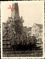 Foto SA Uniformierte vor einem Kriegerdenkmal, Geschäft Fritz A. Gundel