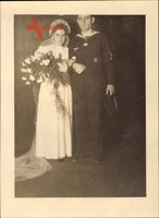 Foto Deutsche Wehrmacht, Kriegsmarine, Matrose mit Kriegsabzeichen, Kriegstrauung, II. WK