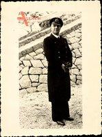 Foto Deutsche Wehrmacht, Kriegsmarine, Soldat in Uniform, Mantel, Schirmmütze, Quaste
