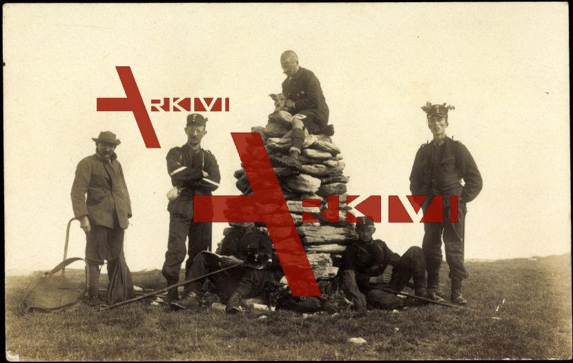 Schweizer Soldaten auf einem Steinhügel