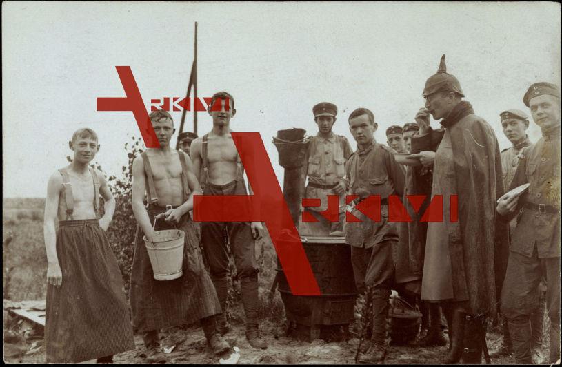 Soldaten in Uniform in der Feldküche