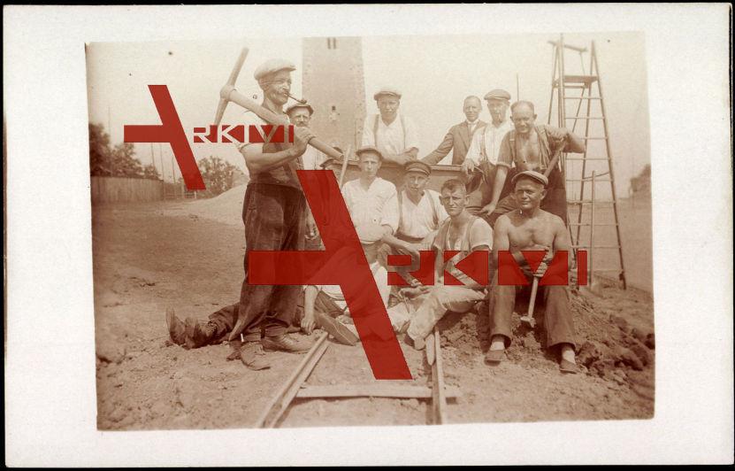 Bergarbeiter mit Geräten sitzen auf Gleis