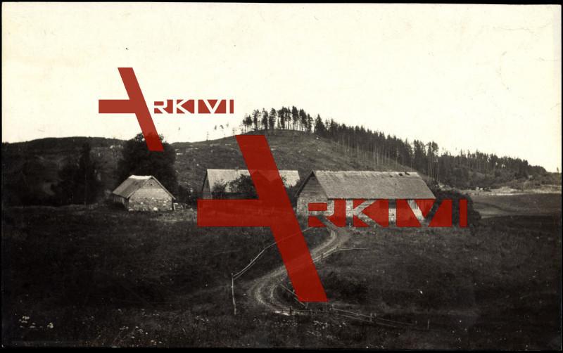 Tuckum Lettland, Blick zum Ort, Scheunen, Hügel