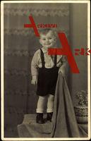 Kleiner Junge, Portrait, Hosenhalter, Vase