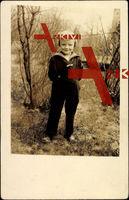 Kleines Kind in Uniform, Portrait im Wald