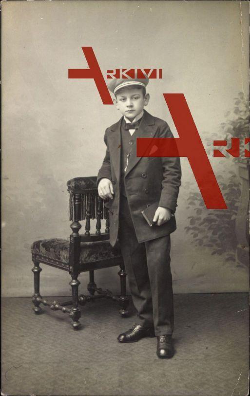 Studentika Junge in Schuluniform, Standbild