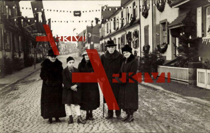 Homburg, Gruppenfoto, Familie in einer Straße
