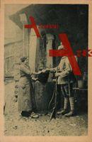 Am Brunnen in den Vogesen - ein deutscher kaiserlicher Infanterist bekommt Wasserration von einer Einheimischen