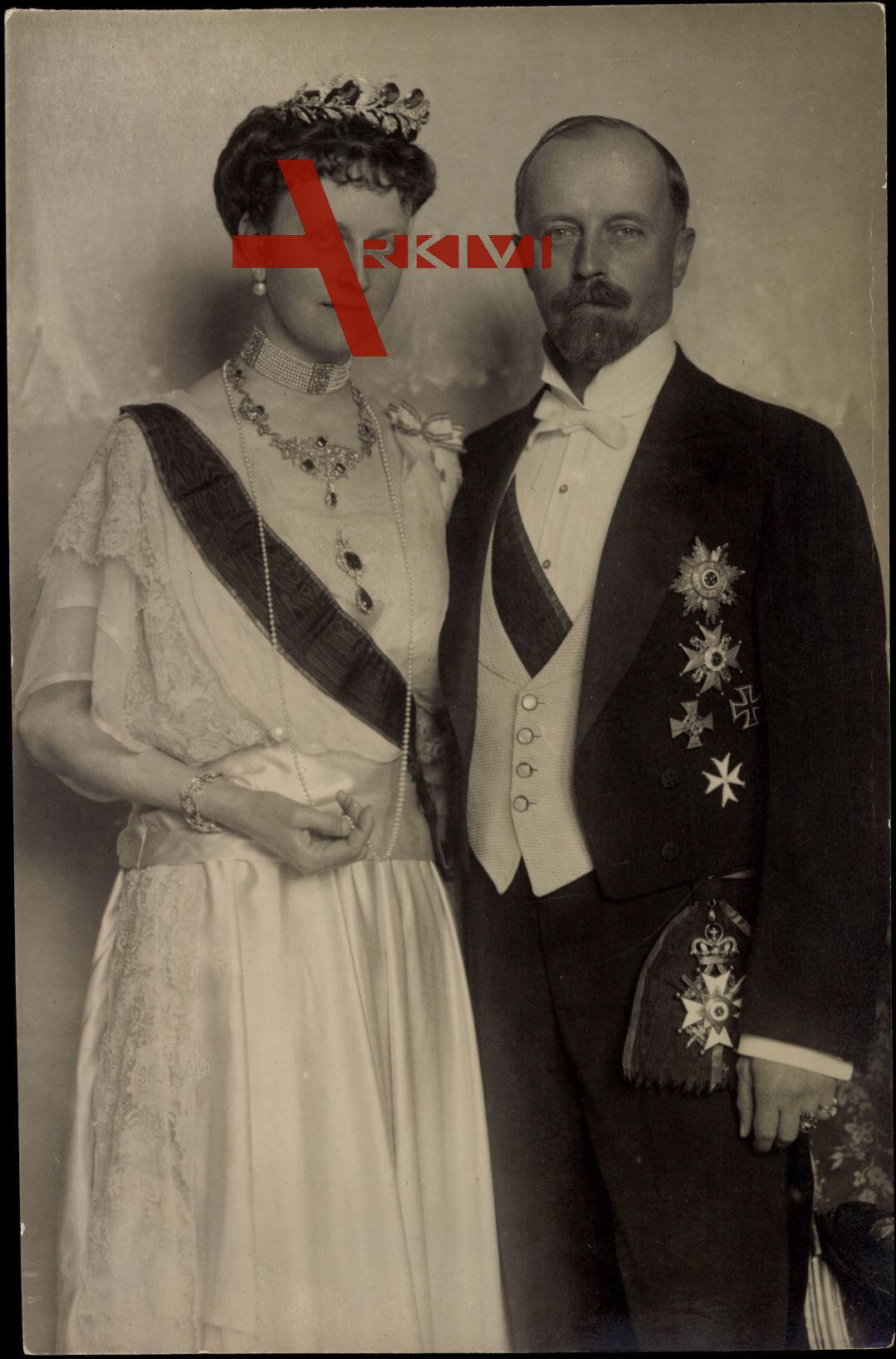Fürst Leopold zu Lippe mit Ehefrau, Krone, Schmuck
