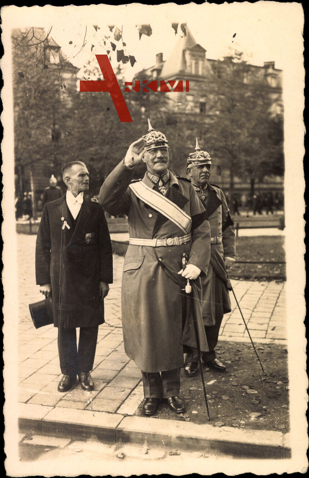Prinz Alfons von Bayern grüßend in Uniform, Säbel