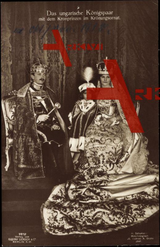 König Karl I. mit Königin Zita und dem Kronprinzen im Krönungsornat