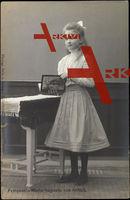 Prinzessin Marie Auguste von Anhalt mit Buch