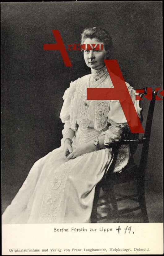 Fürstin Bertha zu Lippe, Sitzportrait, Weißes Kleid