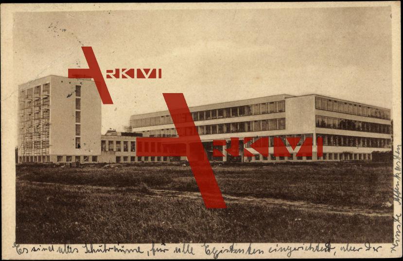 Dessau a.d. Elbe, Blick auf das Bauhaus vom Feld gesehen