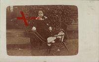 Kleines Mädchen mit Puppe, Spielzeug, Schiebewagen