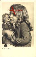 Mutterliebe, Junges Mädchen mit einem Spielzeug, Puppe, Umarmung