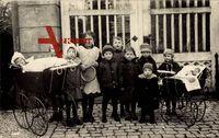 Gruppenbild von Kindern, Puppenwagen, Spielzeug