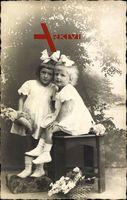 Zwei Mädchen mit Haarschleifen, Spielzeug, Teddybär