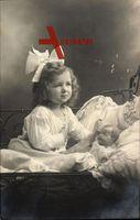 Kleines Mädchen mit Haarschleife, Puppe, Spielzeug, Kinderbett