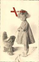 Kleines Mädchen mit Puppenkinderwagen, Spielzeug