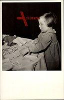 Prinses Margriet, H.K.H. bij het geschenkentafeltje, Spielzeug