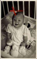 Prinzessin Beatrix der Niederlande im Kinderbett mit Spielzeug