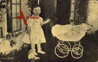 Prinzessin Juliana der Niederlande mit Kinderwagen und Spielzeug