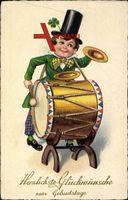 Glückwunsch Geburtstag, Junge mit Kleeblatt, Trommel und Becken