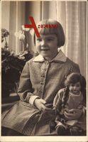 Kleines Mädchen mit Puppe, Spielzeug, Sitzportrait