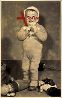 Kleinkind in Strickkleidung, Puppen, Spielzeug, Mütze
