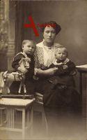 Mutter mit ihren zwei Kindern, Spielzeug, Pferd auf Rädern