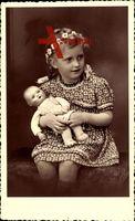 Junges Mädchen mit Puppe, Spielzeug, Blumenkranz im Haar