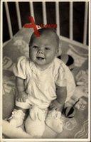 Prinzessin Beatrix der Niederlande im Kinderbett, Spielzeug