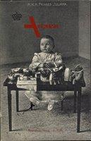 Prinzessin Juliana der Niederlande als Kleinkind mit Spielzeug