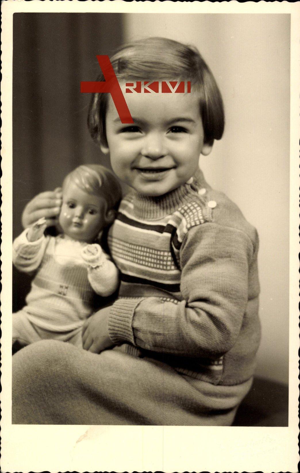 Junges Mädchen mit Spielzeug, Puppe, Sitzportrait
