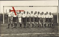 Fußballmannschaft in Trikots vor einem Tor, Werder?