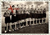 Gruppenfoto einer Fußballmannschaft, Trikots, Sporthosen