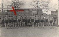 Fußballmannschaft, Junge Männer in Trikots vor dem Tor