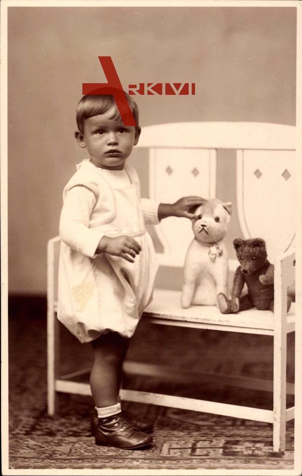 Ansicht eines kleinen Jungens, Spielzeug, Katze, Teddy